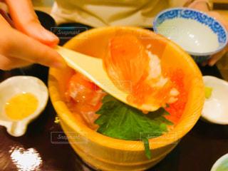 鮭とイクラの海鮮おひつごはんの写真・画像素材[2838144]