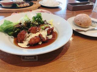 食べ物の皿をテーブルの上に置くの写真・画像素材[2997567]