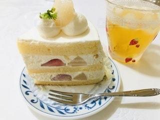 皿の上の白桃といちごのケーキ🍰の写真・画像素材[3338130]