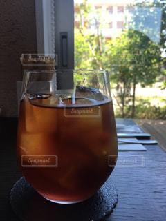 木製テーブルの上に座っているグラスワインの写真・画像素材[1262254]
