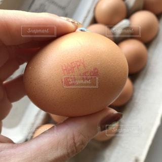 近くに卵を持つ手のアップの写真・画像素材[958706]