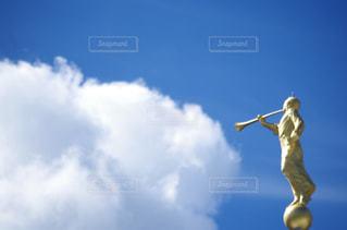 曇りの日に空気を通って飛んで男の写真・画像素材[714509]