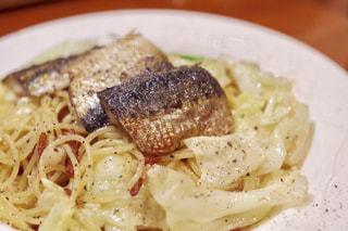 近くに食べ物のプレートのアップの写真・画像素材[755862]