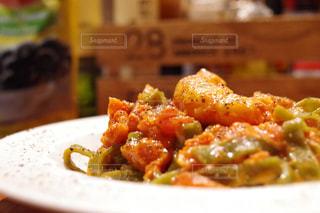 近くに食べ物のプレートのアップの写真・画像素材[844766]