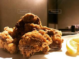 近くに食べ物のプレートのアップの写真・画像素材[916846]