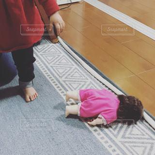 人形と娘の写真・画像素材[932047]