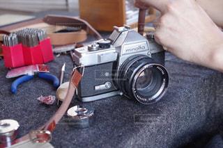 小型カメラを持っている手の写真・画像素材[1241968]