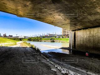 水の体の上の橋の写真・画像素材[1301910]