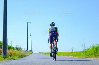 道の端に自転車に乗る男 - No.718735
