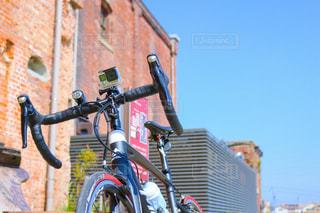 自転車は建物の脇に駐車の写真・画像素材[729507]