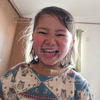 カメラに向かって笑みを浮かべて少女の写真・画像素材[1761327]