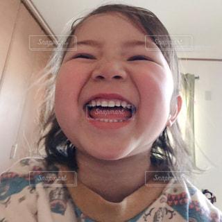 カメラに向かって笑みを浮かべて少女の写真・画像素材[1761328]