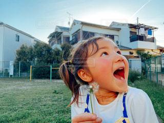 綿毛に喜ぶ娘の写真・画像素材[2050045]