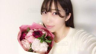 花束を保持している女性の写真・画像素材[924245]