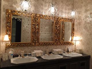 バスルームにはダブルのシンクと大きな鏡の写真・画像素材[1017819]