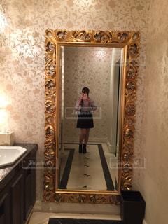 カメラにポーズ鏡の前に立っている人の写真・画像素材[1017820]