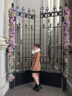 カメラにポーズ鏡の前に立っている女性の写真・画像素材[1017821]