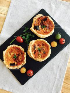 木製のテーブルの上に食べ物の写真・画像素材[768448]