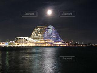 神戸メリケンパークオリエンタルホテルと月の写真・画像素材[1347442]