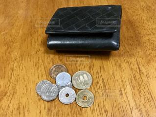 財布と小銭の写真・画像素材[1573533]