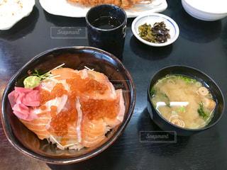 サーモンイクラ丼の写真・画像素材[1866924]
