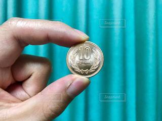 十円玉を持つ手の写真・画像素材[2242618]