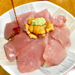 マグロ&ウニ丼の写真・画像素材[2311555]