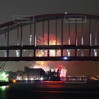 夜景と花火の写真・画像素材[2318333]
