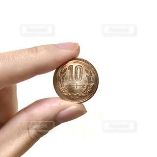 10円玉を持つ手の写真・画像素材[2409270]