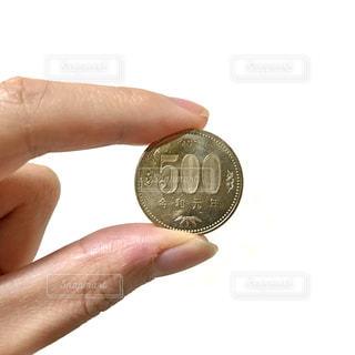 500円玉を持つ手の写真・画像素材[2444494]