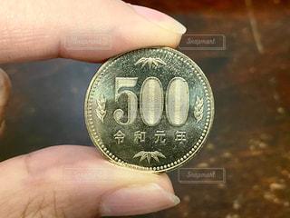 500円玉を持つ手の写真・画像素材[2713346]