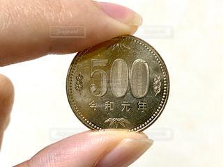 500円玉を持つ手の写真・画像素材[2713366]