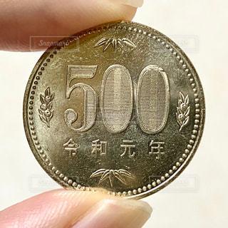 500円玉を持つ手の写真・画像素材[2713374]