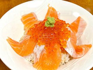 サーモンイクラ丼の写真・画像素材[2747326]