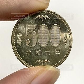500円玉を持つ手の写真・画像素材[2752434]