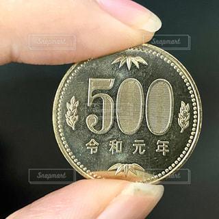 500円玉を持つ手の写真・画像素材[2777244]
