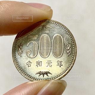 500円玉を持つ手の写真・画像素材[2820846]