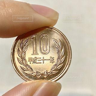 10円玉を持つ手の写真・画像素材[2844129]