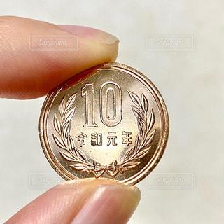 10円玉を持つ手の写真・画像素材[2845716]