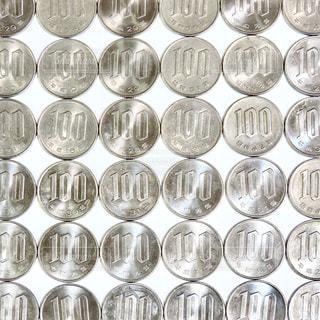 沢山の100円玉の写真・画像素材[3128186]