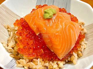 サーモンイクラ丼の写真・画像素材[3988336]