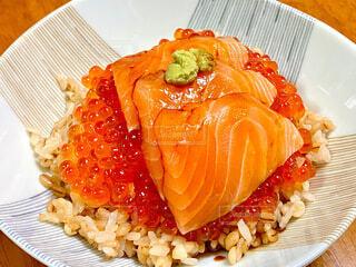 サーモンイクラ丼の写真・画像素材[3988338]