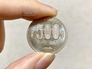 500円玉を持つ手の写真・画像素材[4179939]
