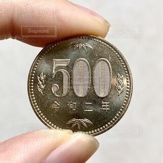 500円玉を持つ手の写真・画像素材[4179940]