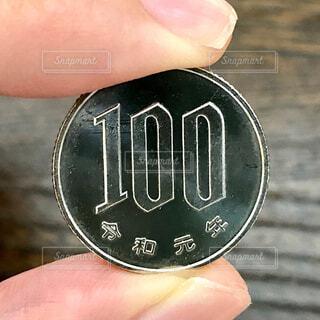 令和元年の100円硬貨の写真・画像素材[4355440]