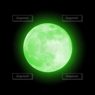 緑色の月の写真・画像素材[4366547]
