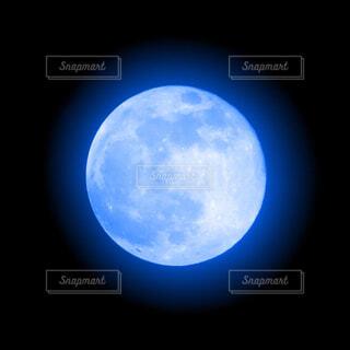 青い月の写真・画像素材[4366553]