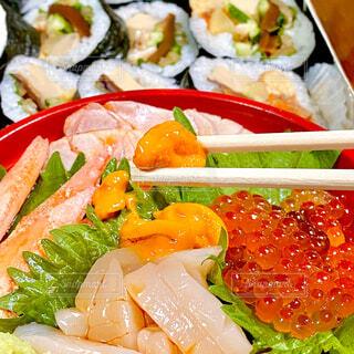 ちらし寿司と巻き寿司の写真・画像素材[4550369]