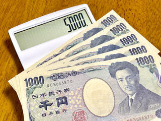 お金と電卓の写真・画像素材[4608963]