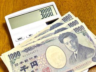 お金と電卓の写真・画像素材[4608970]